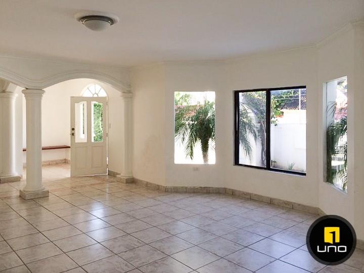 Casa en Alquiler LINDA Y AMPLIA CASA DE 2 PLANTAS CON PISCINA EN EL BARRIO LAS PALMAS Foto 12