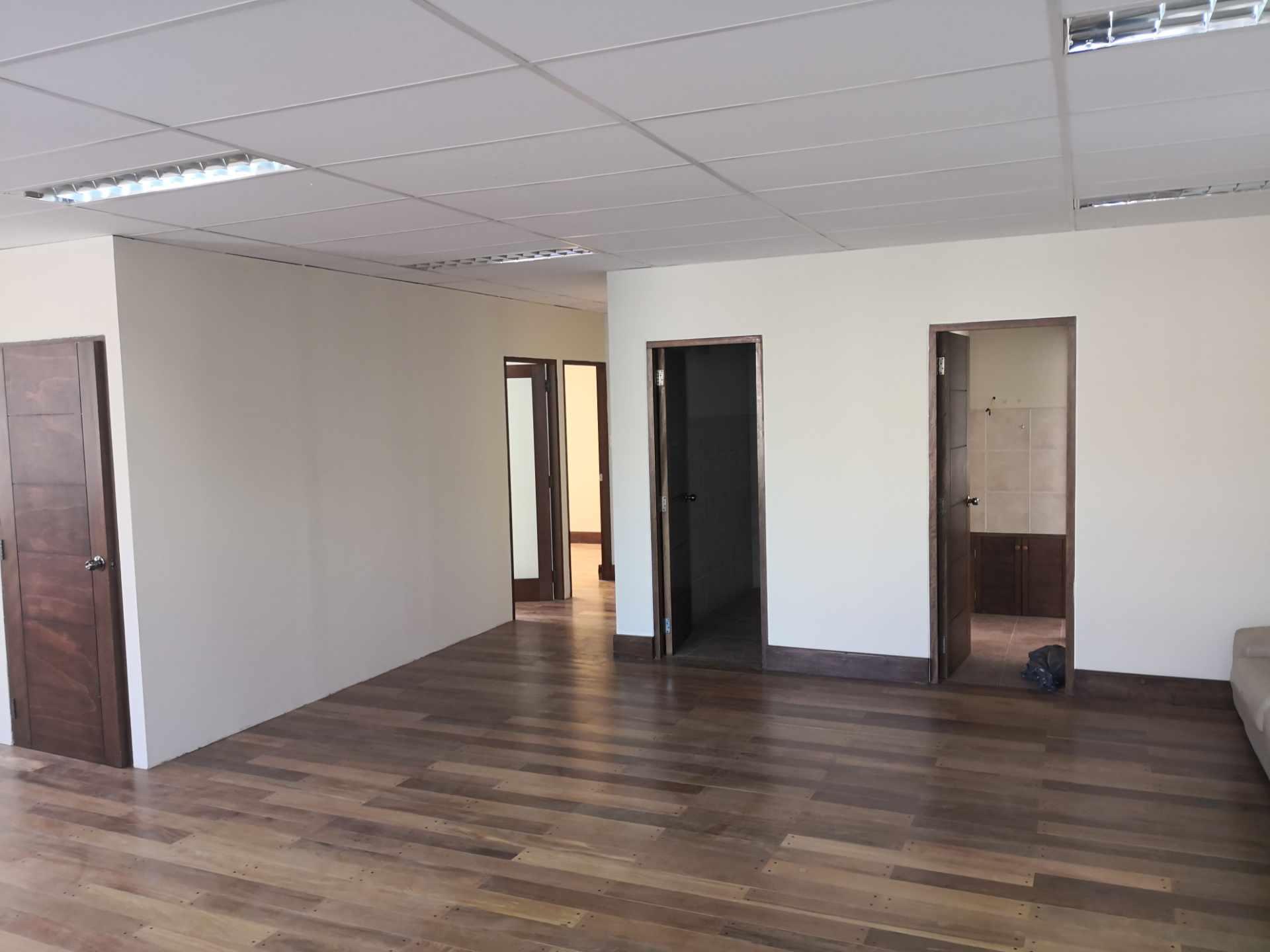 Oficina en Alquiler Zona de Calacoto, Calle 10, Edificio General Hugo Ballivian Foto 2