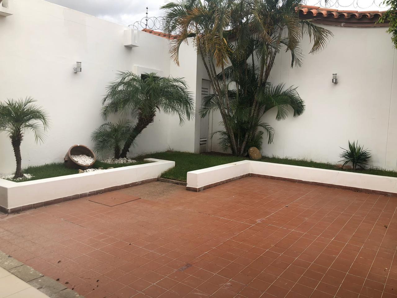 Casa en Alquiler 5 to Anillo entre Av Beni y Av. Cristo Redentor, cond. La Hacienda Foto 3